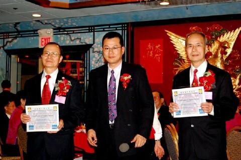 何遠光(中)代表中華公所頒獎,主席余厚利(右)和余積堯副主席共同接受。